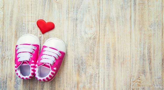 Botki Dziecięce I Serce Na świetle. Premium Zdjęcia