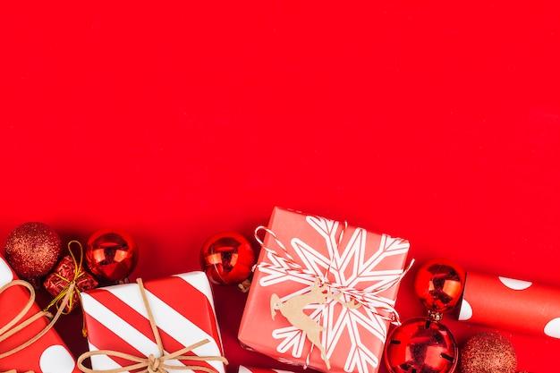 Boże narodzenia z prezentów pudełkami obramiają tło, odgórny widok z kopii przestrzenią. Premium Zdjęcia