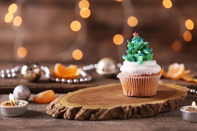 Boże Narodzenie Babeczka Na Drewnianym Stojaku Premium Zdjęcia