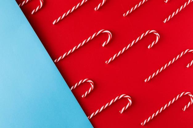 Boże Narodzenie Candy Cane Na Czerwonym I Niebieskim Tle Papieru Darmowe Zdjęcia