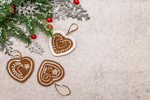 Boże Narodzenie Choinka Sylwestrowa, Róża Psa, świeże Liście, Szydełkowane Serca Imbirowe Ciasteczka I Sztuczny śnieg. Premium Zdjęcia