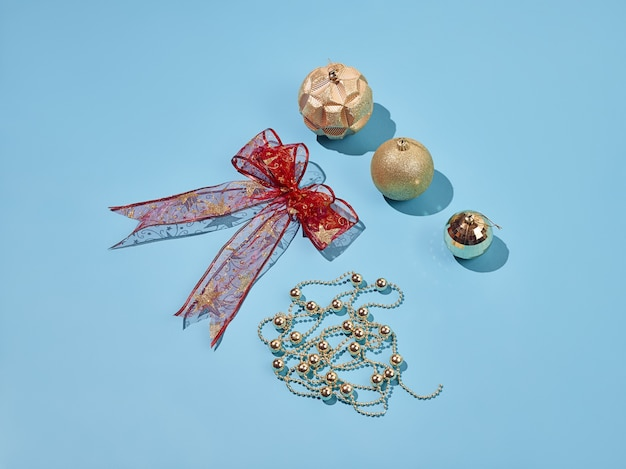Boże Narodzenie Elementy Dekoracyjne Ustawione Na Niebieskim Tle Darmowe Zdjęcia
