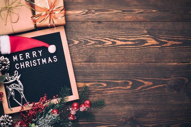 Boże Narodzenie Gałąź Jodły Z Listwą Wesołych świąt Na Desce Premium Zdjęcia