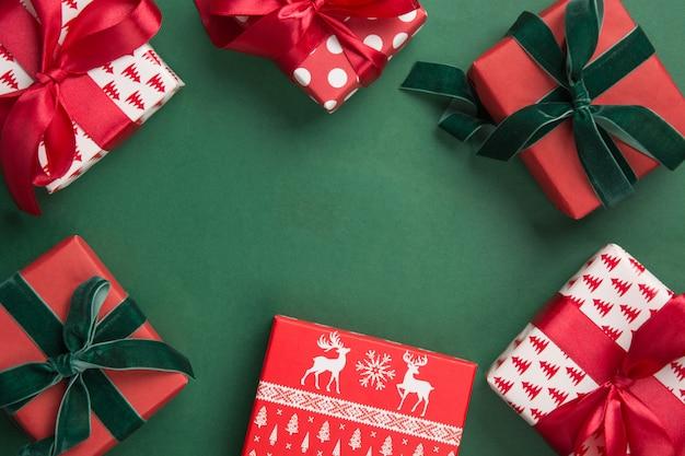 Boże narodzenie granicy prezenty na zielonym tle. drugi dzień świąt kartka z życzeniami. zimowe wakacje. Premium Zdjęcia