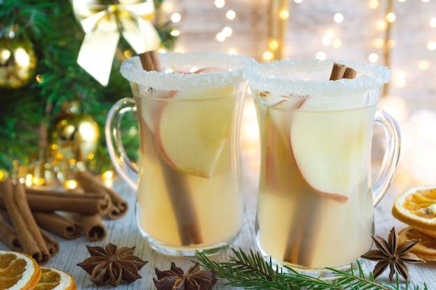 Boże Narodzenie Grzane Białe Wino Z Przyprawami I Jabłkami. Premium Zdjęcia