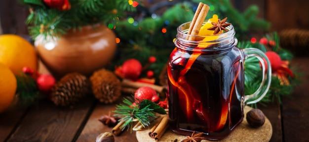 Boże Narodzenie Grzane Wino I Przyprawy. Premium Zdjęcia