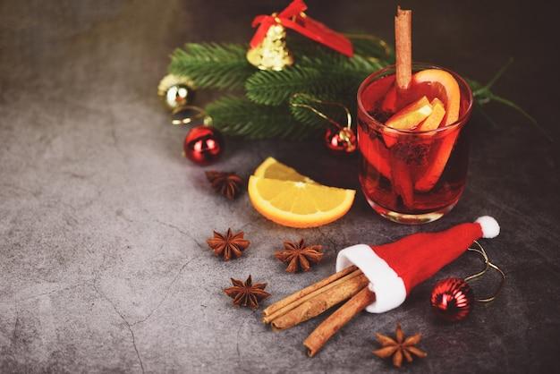 Boże Narodzenie Grzane Wino Pyszne Wakacje Jak Imprezy Z Pomarańczowymi Przyprawami Anyżu Cynamonowego Do Tradycyjnych świątecznych Napojów Ferie Zimowe Premium Zdjęcia