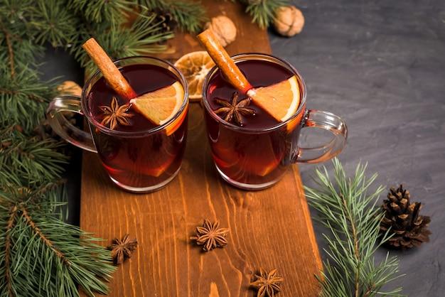 Boże Narodzenie Grzane Wino Z Kardamonem, Cynamonem I Anyżem Premium Zdjęcia