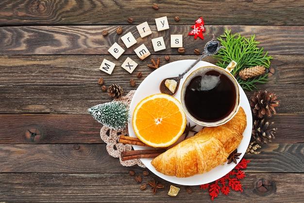 Boże Narodzenie I Nowy Rok 2017 Ze śniadaniem Kontynentalnym Filiżanką Gorącej Kawy Z Cynamonem, świeżą Pomarańczą I Rogalikiem. Ozdoby - Płatek śniegu, Serwetka Na Szydełku, Szyszki. Premium Zdjęcia