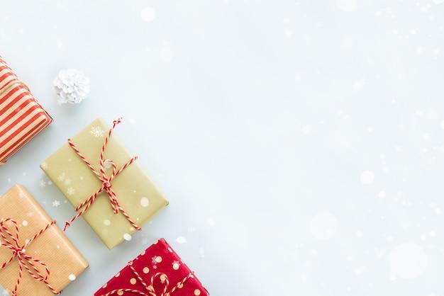 Boże narodzenie i nowy rok świątecznych prezentów pudełka na bławym tle, rabatowy projekt Premium Zdjęcia