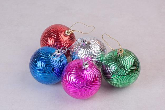 Boże Narodzenie Kolorowe Kulki Na Białej Powierzchni Darmowe Zdjęcia