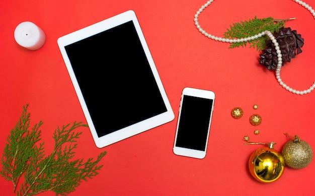 Boże narodzenie lub nowy rok ipad iphone tablet smartphone aplikacja mobilna tło: gałęzie jodły, złote bombki, ozdoba i stożki Premium Zdjęcia