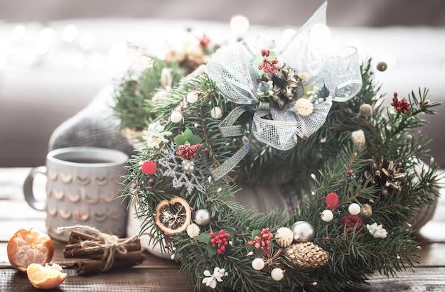 Boże Narodzenie Martwa Natura Z Drzewami I Dekoracjami, świąteczny Wieniec Na Tle Dzianin I Piękne Kubki Premium Zdjęcia