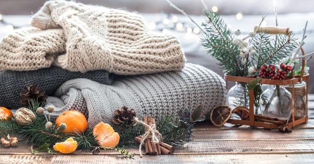Boże Narodzenie Martwa Natura żywej Choinki, Ozdoby I świąteczny Wieniec Na Tle Dzianin Premium Zdjęcia