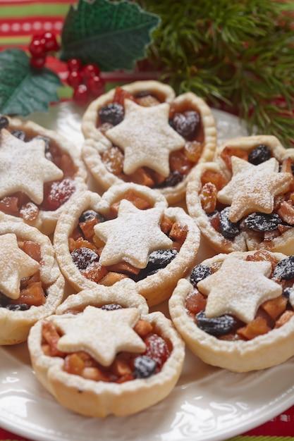 Boże Narodzenie Mince Pie Na Białym Talerzu Premium Zdjęcia