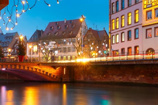Boże Narodzenie Nasyp W Strasburgu, Alzacja Premium Zdjęcia