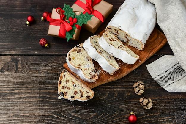 Boże Narodzenie Nowy Rok Deser Stollen Pokrojone W Plastry Na Drewnianym Stole. Przepis Na Kuchnię Austriacką I Niemiecką. Boże Narodzenie W Europie Premium Zdjęcia
