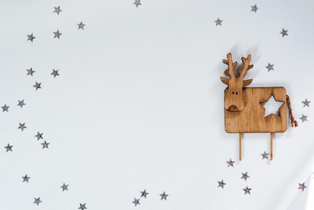 Boże Narodzenie Ozdobny Drewniany Jeleń Na Gwiazdach. Copyspace, Widok Z Góry Premium Zdjęcia