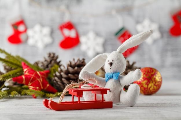 Boże Narodzenie, Ozdoby świąteczne I Wiele Szyszek, Na Drewnianym Stole Premium Zdjęcia