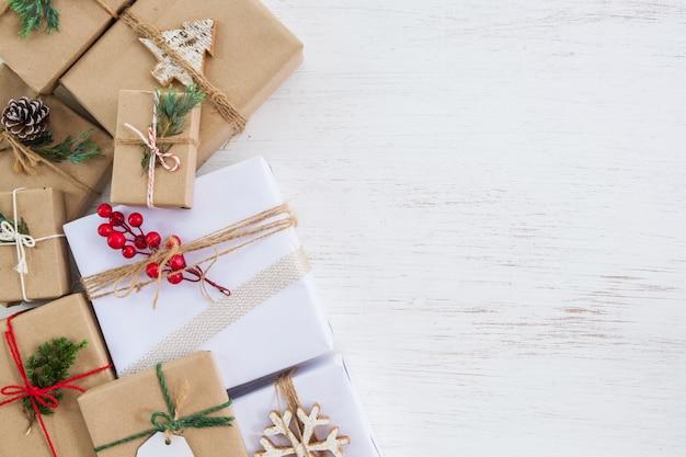 Boże narodzenie ręcznie robione obecne pudełka z tagiem na wesołych świąt i nowego roku. kreatywny układ płaski i widok z góry z obramowaniem i kopią miejsca. Premium Zdjęcia
