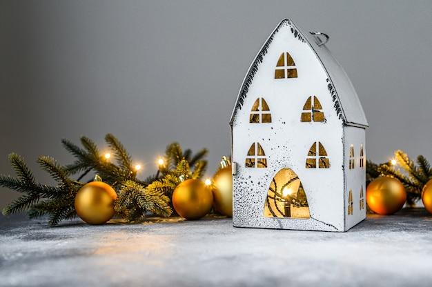 Boże narodzenie, świecznik ze światłami, gałęzie jodły i świąteczne zabawki. szczęśliwego nowego roku. Premium Zdjęcia