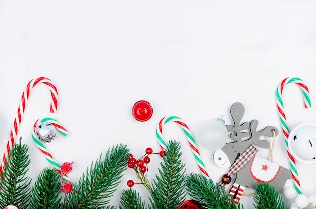 Boże narodzenie tło z oddziałów jodła, prezenty, zabawki świąteczne Premium Zdjęcia