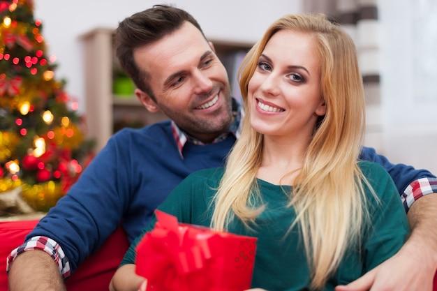 Boże Narodzenie To Zawsze Szczęśliwy Czas W Roku Dla Tej Pary Darmowe Zdjęcia