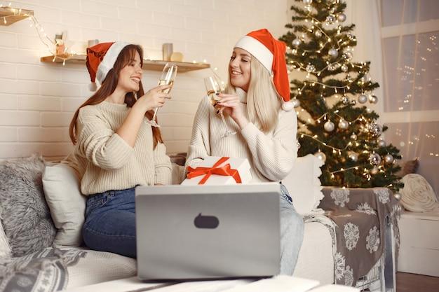 Boże Narodzenie W Internecie. Obchody Bożego Narodzenia W Nowym Roku W Kwarantannie Koronawirusa. Darmowe Zdjęcia