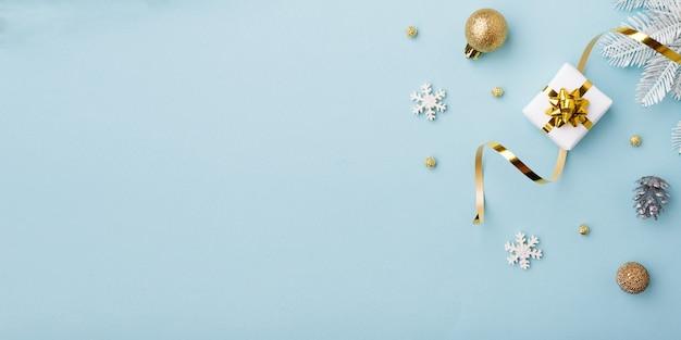 Boże Narodzenie Złote Ozdoby Na Pastelowym Niebieskim Tle Premium Zdjęcia