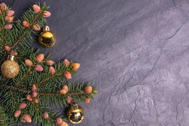 Bożego Narodzenia Kamienny Tło Dekorujący Z Jedlinowymi Gałąź Premium Zdjęcia