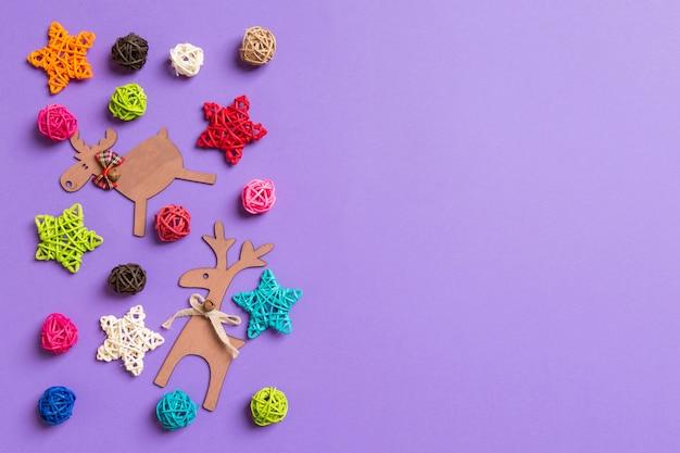 Bożenarodzeniowe Dekoracje Na Purpurowym Tle. świąteczne Gwiazdy I Bale. Wesołych świąt Bożego Narodzenia Koncepcja Z Miejsca Kopiowania Premium Zdjęcia
