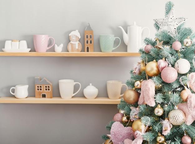 Bożenarodzeniowi Cukierki Na Tle Choinka. Różowe Ozdoby świąteczne. Szczęśliwego Nowego Roku! Tradycyjny Deser Noworoczny. Skopiuj Miejsce Premium Zdjęcia