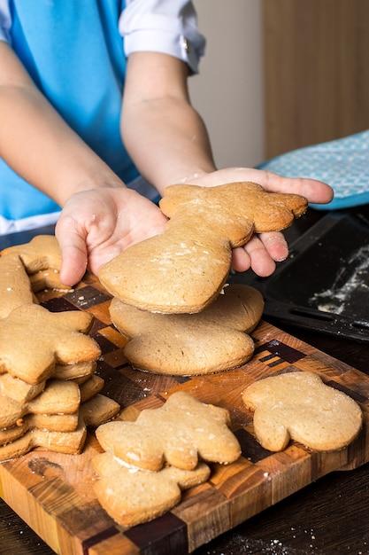 Bożenarodzeniowi Piernikowi Ciastka I Dzieciak Ręki. Premium Zdjęcia