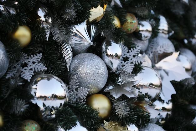 Bożenarodzeniowy balowy zrozumienie na zielonym sosna nowego roku przyjęcia tle. Premium Zdjęcia
