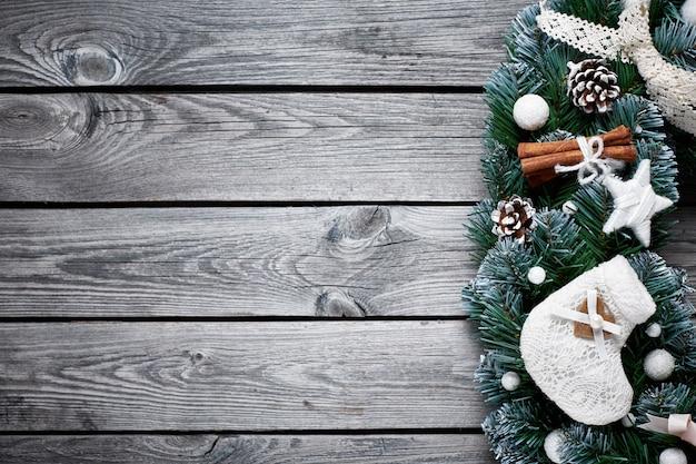 Bożenarodzeniowy drewniany tło z śnieżnym jedlinowym drzewem Premium Zdjęcia
