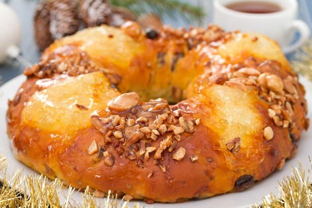 Bożenarodzeniowy Owocowy Tort Na Bielu Talerzu Premium Zdjęcia