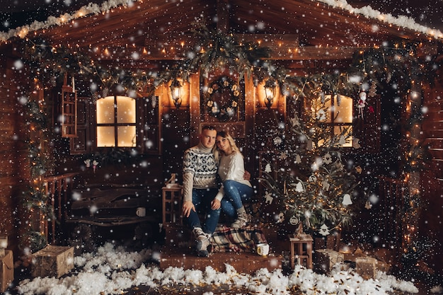 Bożenarodzeniowy portret romantyczna para Premium Zdjęcia