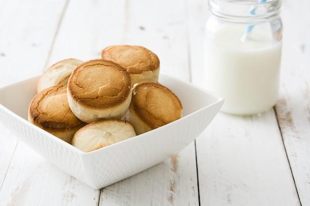 Bożenarodzeniowy shortbread na białym drewnianym stole Premium Zdjęcia