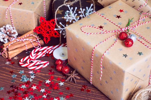 Bożenarodzeniowy Wakacyjny Prezenta Pudełko Na Dekorującym śnieżnym świątecznym Stole Z Sosnowymi Rożkami Darmowe Zdjęcia