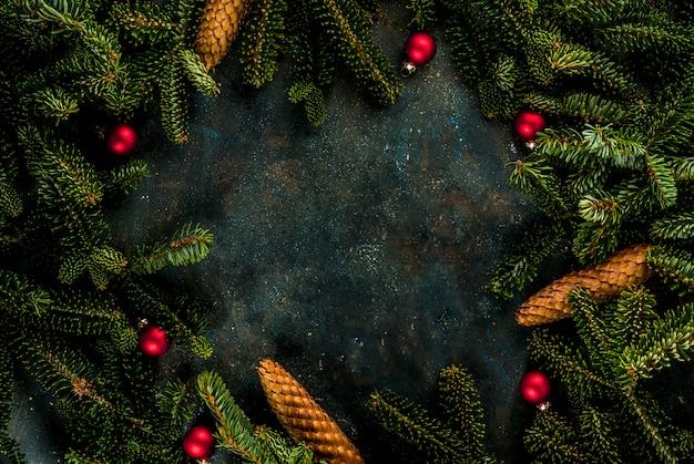 Bożenarodzeniowy Zmrok - Błękitny Tło Z Jedlinowymi Gałąź, Szyszkami I Choinek Piłek Kopii Przestrzenią Nad Rama Premium Zdjęcia