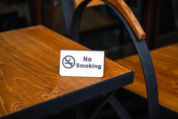 Brak Oznak Palenia Na Stole Premium Zdjęcia