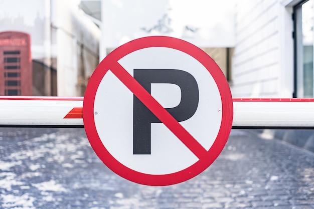 Brak Znaku Automatycznego Parkowania Przykręconego Do Bariery W Mieście Darmowe Zdjęcia