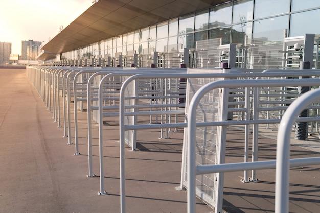 Brama wejściowa bezpieczeństwa - zabezpieczone bramki przed sprawdzeniem na stadionie Premium Zdjęcia