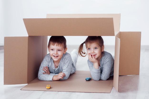 Brat I Siostra Dziecko Bawiące Się W Kartonach W Przedszkolu Darmowe Zdjęcia