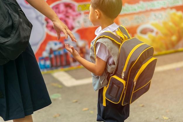 Brat I Siostra ściskają Ręce Ze Szkoły. Premium Zdjęcia