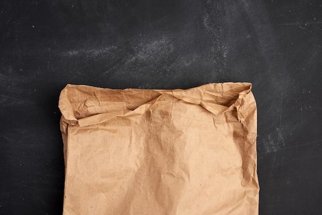 Brązowa Papierowa Torba Na Czarnej Przestrzeni, Widok Z Góry Premium Zdjęcia