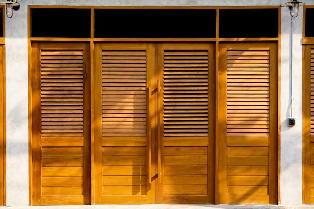 Brązowe Drewniane Drzwi Styl Vintage Tekstury. Vintage Drewniane Drzwi Stare Tradycyjne Z Domu, Tekstury I Tła. Premium Zdjęcia