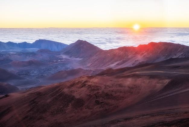Brązowe I Białe Góry Pod Białymi Chmurami Darmowe Zdjęcia
