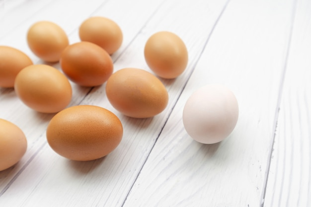 Brązowe Jaja I Białe Wyglądają Jak Pływanie Plemników W Kierunku Jajnika U Kobiet Premium Zdjęcia