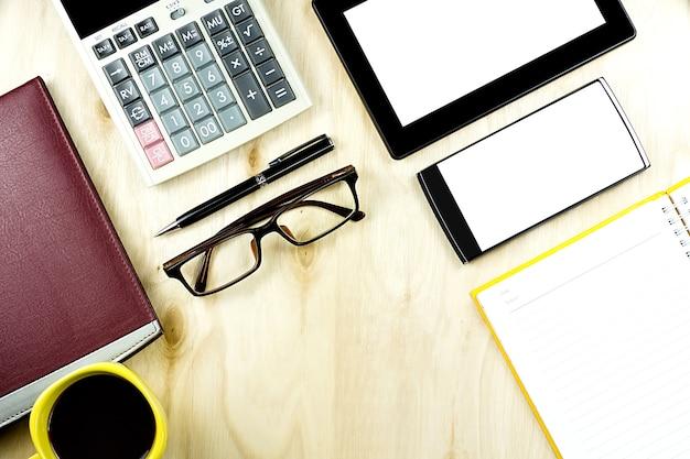 Brązowe Okulary I Smartfony Pusty Ekran I Tablet Pc Na Pulpicie Drewnianych Premium Zdjęcia